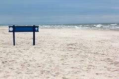 Sandy-Strand mit einem blauen Zeichen auf der Ostsee Stockbilder