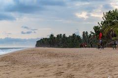 Sandy-Strand mit Feiernder zu Pferd n La Campagne-Strandurlaubsort Lekki Lagos Nigeria lizenzfreies stockbild