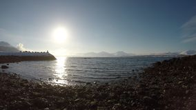 Sandy-Strand mit Kältewellen und heller Sonnenschein mit Steinpier stock video