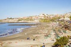 Sandy-Strand mit mit Stroh gedeckten Sonnenschirmen und sunbeds, Costa Adeje, zehn Stockbilder
