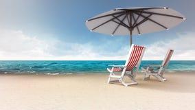 Sandy-Strand mit zwei Sitzen und Sonnenschutz Lizenzfreie Stockfotografie