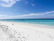 Sandy-Strand und blaue Himmel Stockbild