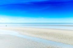 Sandy-Strand und blaues Meer mit Wellen Stockfoto