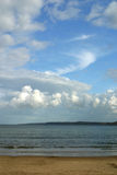 Sandy-Strand und großer Himmel Stockfotografie