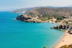 Sandy-Strand und -lagune mit klarem blauem Wasser in Kreta-Insel nahe Sitia-Stadt, Griechenland Stockbild