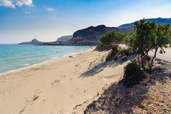 Sandy-Strand und -lagune mit klarem blauem Wasser in Kreta-Insel nahe Sitia-Stadt, Griechenland Lizenzfreies Stockfoto