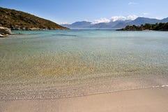 Sandy-Strand und transparentes Meer Lizenzfreies Stockfoto