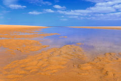 Sandy-Strand unter blauem Himmel I lizenzfreie stockfotos