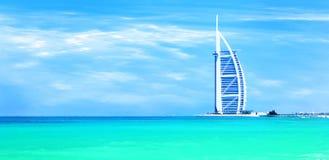Sandy-Strand von Dubai mit berühmtem Grenzstein stockfotos
