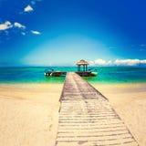 Sandy-tropischer Strand Anlegestelle auf dem Vordergrund Lizenzfreies Stockbild