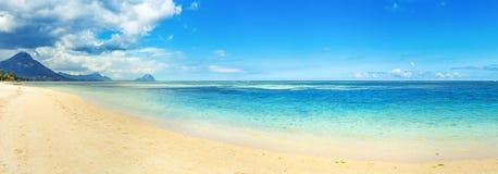 Sandy-tropischer Strand Schöne Landschaft Panorama lizenzfreie stockfotografie