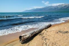 Sandy-Ufer von Baikal Ust-Barguzin lizenzfreie stockbilder