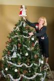 Sandy! Verzieren Sie bitte den Baum! 3 Stockbild