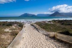 Sandy-Weg führt zu Noordhoek-Strand lizenzfreies stockbild