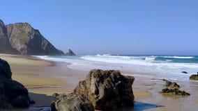Sandy y playa rocosa con las ondas en la costa de Océano Atlántico en Portugal almacen de metraje de vídeo