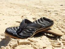 Sandy-Zapfen setzen heiße Fußbekleidung des Sommers auf den Strand lizenzfreie stockbilder