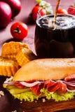 Sandyich con el jamón y la cola de las verduras y de la colada en un vidrio en el fondo Foto de archivo libre de regalías