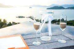 Sandzeremonie, die an der Hochzeit durchgeführt wird lizenzfreie stockfotografie