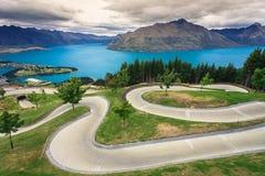 Saneczkarski ślad z pięknym jeziorem i górą obrazy royalty free