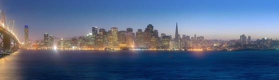 Sanen Francisco Skyline på skymning Arkivfoton