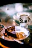 Sanfefjord, Noorwegen, Espressohuis, brengt 2019 in de war - de kop van de Koffieespresso met kaastaart op de lijst stock foto