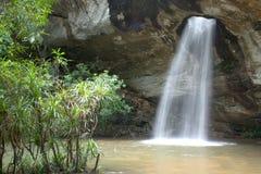 Sang Chan Waterfall a volte è chiamato Namtok Ru Waterfall Through lungo un foro Immagini Stock Libere da Diritti