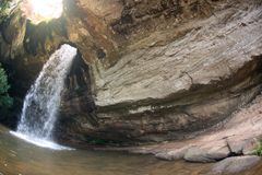 Sang Chan Waterfall a volte è chiamato Namtok Ru Waterfall Through lungo un foro Fotografia Stock