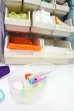 Sang de Phlebotomy rassemblant des tubes dans une pathologie ou un hôpital cli Image libre de droits