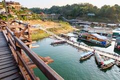 SANG-KA BURI, KANCHANABURI - 1er janvier 2016 : Les gens marchent sur le pont du bateau à terre Photo stock