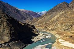 Sangam Indus och Zanskar floder som möter i Leh Royaltyfria Foton