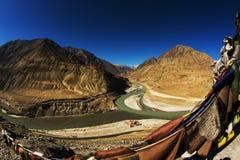 Sangam Indus och Zanskar floder som möter i Leh Arkivbild