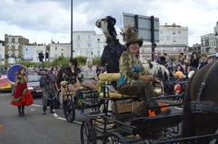 Sangar rodziny prowadzenie Margate karnawał z konie rysującymi furgonami obraz stock