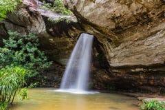 Sangchan-Wasserfall im Regenwald Stockbilder