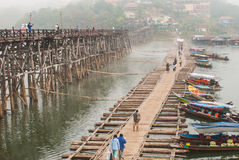 SANGKLABURI- 26 DE ENERO: Viajeros no identificados en el puente de madera adentro Fotos de archivo