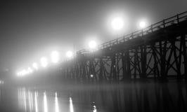 Sangklaburi hölzerne Brücke mit Boot Lizenzfreie Stockfotografie