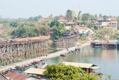 SANGKLABURI-JAN 26: Niezidentyfikowani podróżnicy na drewnianym moscie wewnątrz Obrazy Stock