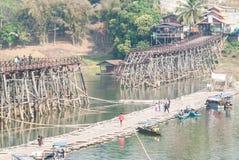 SANGKLABURI-JAN 26: Niezidentyfikowani podróżnicy na drewnianym moscie wewnątrz Zdjęcia Royalty Free