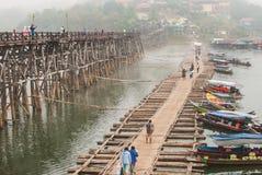 26 sangklaburi-januari: Niet geïdentificeerde reizigers op houten brug binnen Stock Foto's