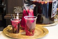 Sangría, bebida típica del español para el verano hecho con el vino Fotos de archivo