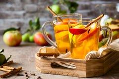 Sangría de Apple y de la fruta cítrica Foto de archivo libre de regalías