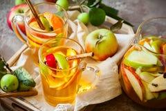 Sangría de Apple y de la fruta cítrica Fotos de archivo libres de regalías