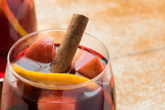 Sangría del invierno con la fruta cítrica, las manzanas y el canela Fotografía de archivo libre de regalías
