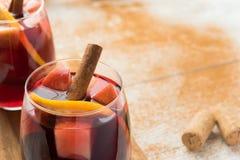 Sangría española con el vino rojo y las frutas Fotografía de archivo