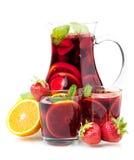 Sangría de restauración de la fruta en jarro y dos vidrios Fotos de archivo