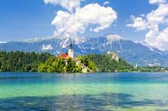 Sangrado com lago, ilha e montanhas no fundo, Eslovênia, Europa Imagens de Stock