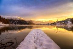 Sangrado com o lago no inverno, Eslovênia, Europa Fotos de Stock