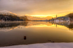 Sangrado con el lago en invierno, Eslovenia, Europa Imagen de archivo
