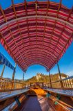 Sangrado, Eslovênia - o barco vermelho de madeira tradicional de Pletna do telhado da lona no lago sangrou em um dia ensolarado d Imagem de Stock Royalty Free