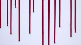 Sangre que fluye verticalmente en un fondo blanco ilustración del vector