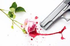 Sangre Rose y arma imagen de archivo